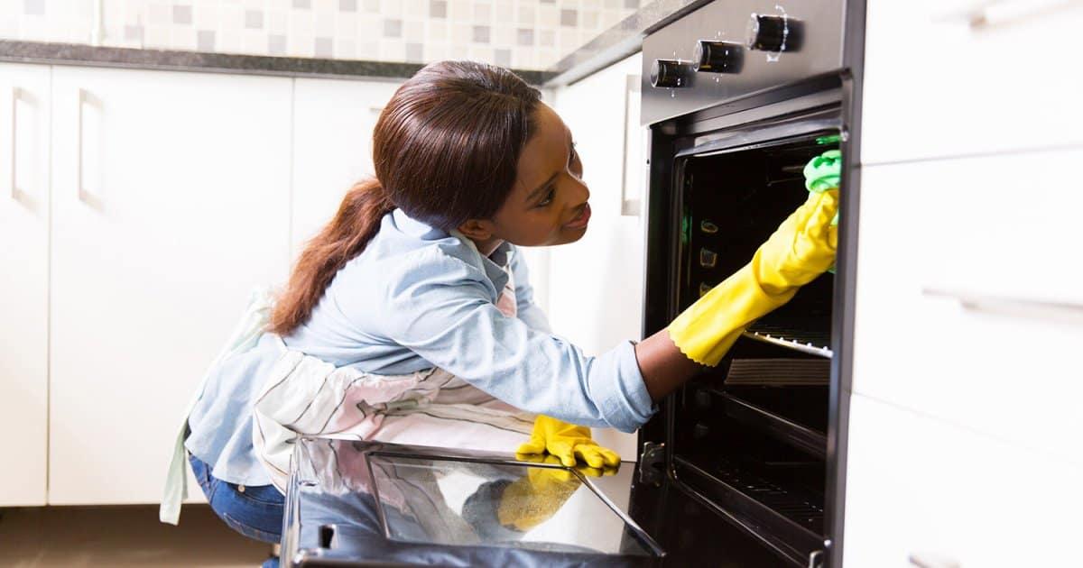 Nettoyer le four de votre cuisine avec ce dégraissant fait maison